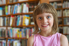 小女孩在图书馆里 免版税图库摄影