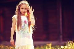 小女孩在夏天公园 免版税库存图片