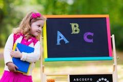 小女孩在她的第一个教学日 免版税库存图片