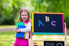 小女孩在她的第一个教学日 免版税图库摄影