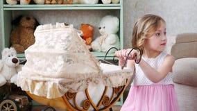 小女孩在家播放玩具摇篮车 股票视频