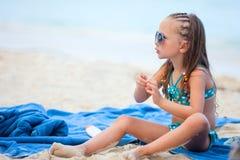 小女孩在度假 免版税库存图片