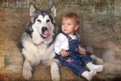小女孩在房子和爱斯基摩狗里 图库摄影