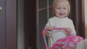 小女孩在房子里播放一辆玩具摇篮车 影视素材