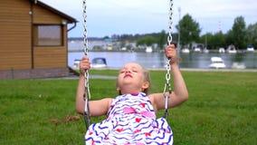 小女孩在摇摆震动在公园 股票录像