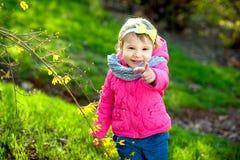 小女孩在春天庭院 免版税库存照片