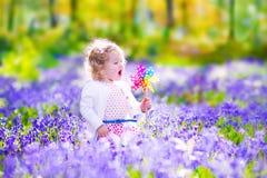 小女孩在春天森林里 免版税库存照片