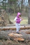 小女孩在春天森林 库存图片