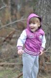 小女孩在春天森林 免版税图库摄影