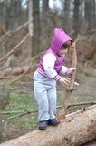小女孩在春天森林 免版税库存照片
