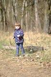 小女孩在春天森林 库存照片