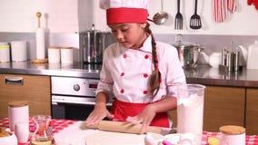 小女孩在有滚针的厨房里做面团 股票录像