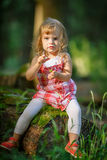 小女孩在森林里 免版税库存图片