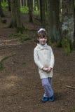 小女孩在森林里 免版税库存照片