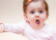 小女孩在沙发附近在家站立 免版税库存图片