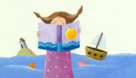 小女孩在海岸的阅读书 免版税库存照片