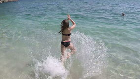 小女孩在海跳 股票视频