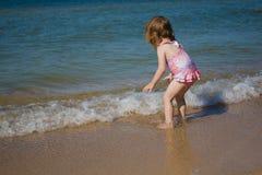 小女孩在海边在夏天 库存照片