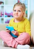 小女孩在片剂的比赛戏剧 库存图片