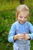 小女孩在牛仔布诉讼藏品 免版税库存图片
