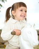 小女孩在跷跷板摇摆 免版税库存图片