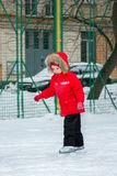 小女孩在镇围场滑冰 免版税库存图片