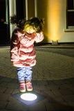 小女孩在镇里 免版税图库摄影