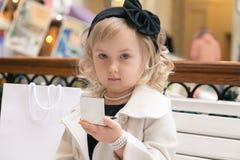 小女孩在镜子看 库存照片