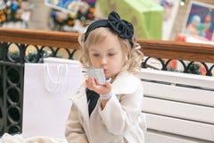 小女孩在镜子看 免版税图库摄影