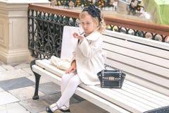 小女孩在镜子看 免版税库存照片