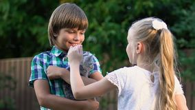 小女孩在附近男孩手,孩子上的抚摸小猫交朋友 股票录像