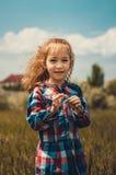 小女孩在领域停留 免版税库存照片