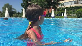 小女孩在水池潜水 影视素材