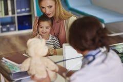 小女孩在医生的办公室 库存照片