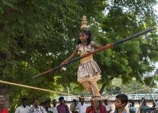 小女孩在绳索跳舞 库存图片
