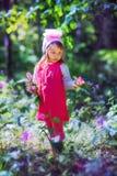 小女孩在sping的森林里 免版税库存照片