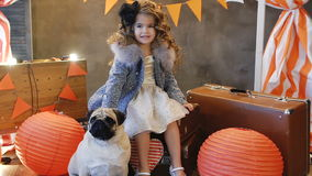 小女孩坐减速火箭有狗的一个手提箱 影视素材