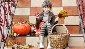 小女孩坐台阶户外 库存图片