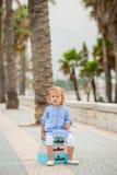小女孩坐堆手提箱 免版税图库摄影