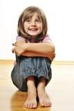 小女孩坐楼层 免版税库存图片