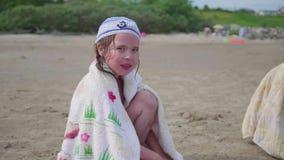 小女孩坐海滩,热的夏日 影视素材