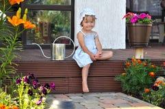 小女孩坐门廊 库存图片