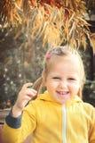 小女孩婴孩吃季节性海鼠李莓果 免版税库存照片