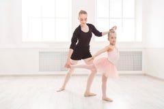 小女孩学会与老师拷贝空间的芭蕾 免版税库存图片