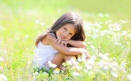 小女孩孩子坐草 库存图片