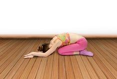 小女孩实践瑜伽 免版税库存照片