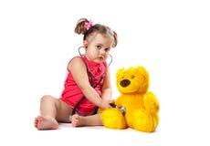 小女孩对待玩具 免版税库存图片