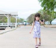 年轻小女孩射击照相机 库存图片