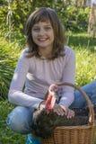小女孩小农夫拿着一只火鸡 免版税库存图片