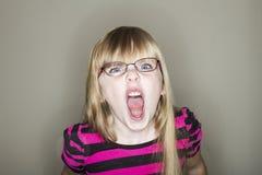 小女孩尖叫对照相机 免版税库存图片